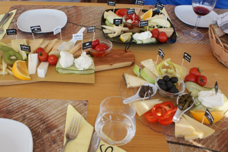 Verzorgde kaasschotels in het restaurant van de kaasfabriek