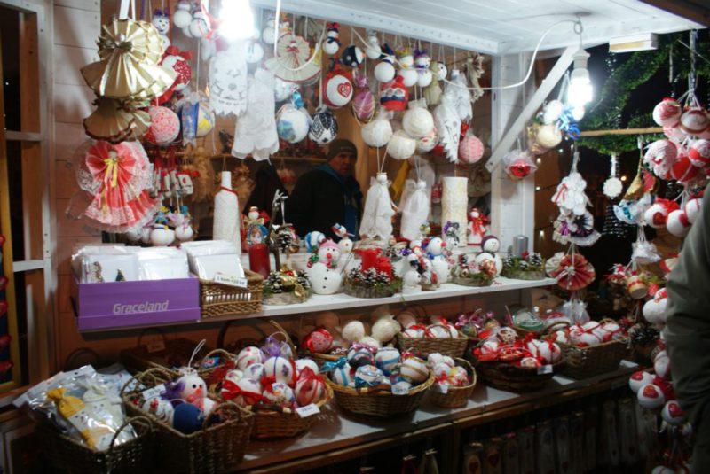 vele kraampjes met souvenirs en kerstversiering