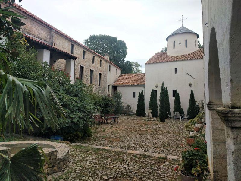 binnentuin klooster Krupa river