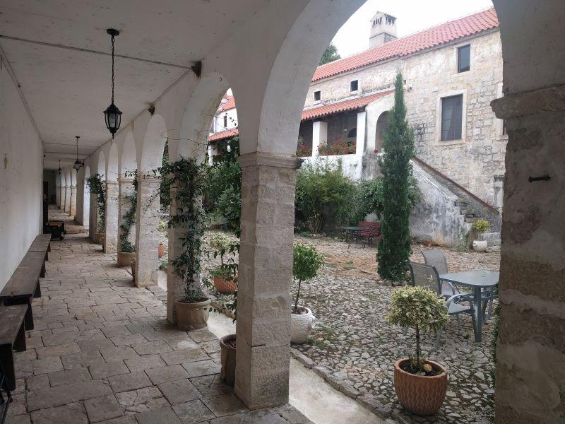 klooster Krupa binnentuin