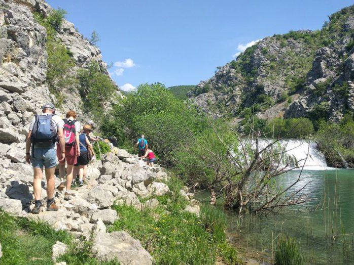 langs de watervallen krupa rivier