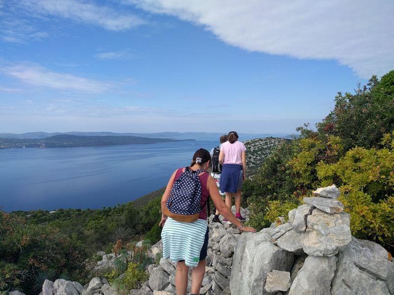 over de rotsen naar de top van Ugljan