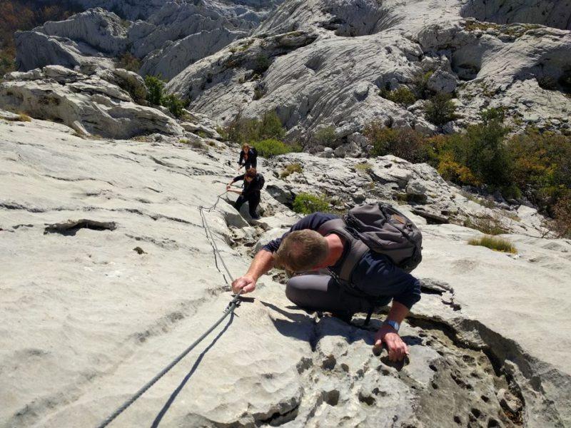 met kabels naar boven om de top van Bojin Kuk te beklimmen