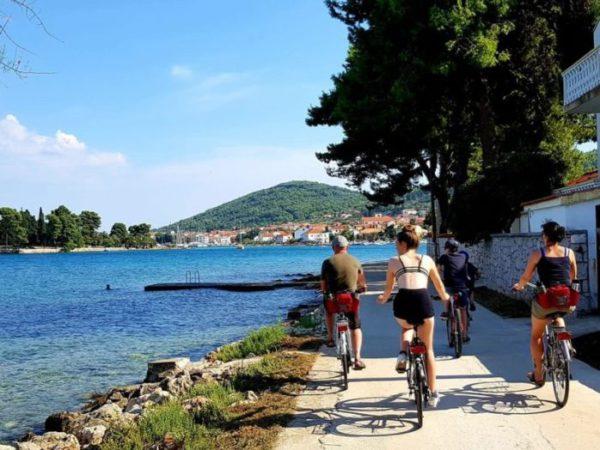 fietsen langs de dorpen in Ugljan