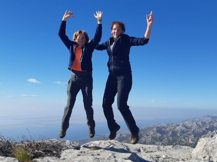 Springen op de top van Bojin Kuk met Griet en Bregje