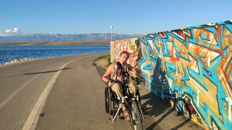 Erik met rolstoel op eiland Vir