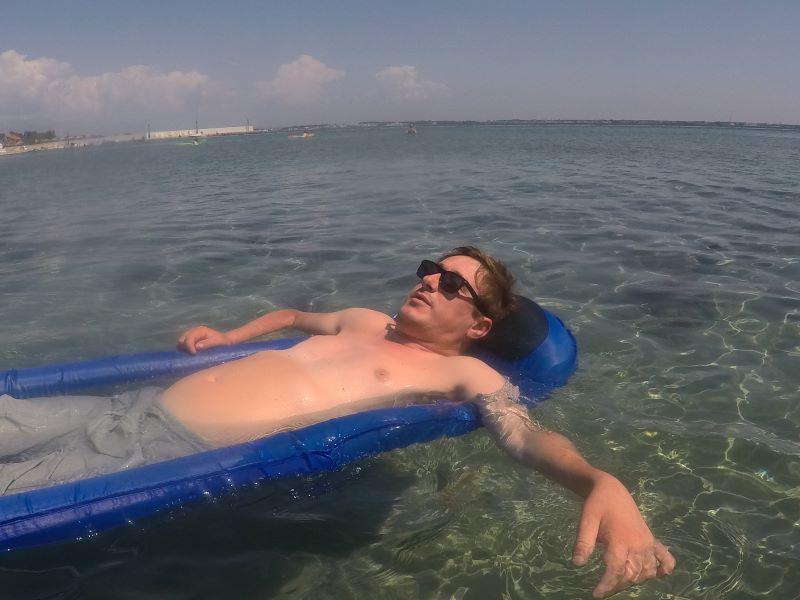 Erik op matras in zee