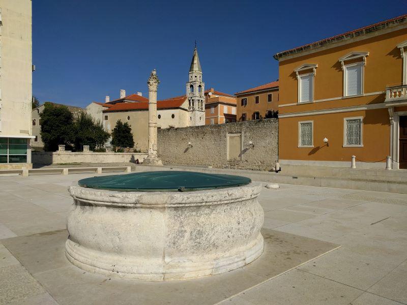 middeleeuwse citerne en schandpaal op het forum in Zadar