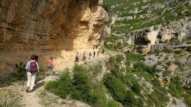 wandelen langs de kloof van de rivier Rijeka Bijela