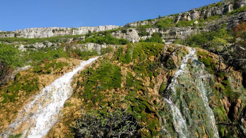 waterval met groen mos