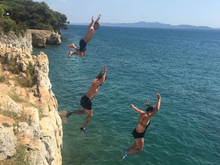 springen van de rotsen in Punta Bajlo, vakantie kinderen Kroatië