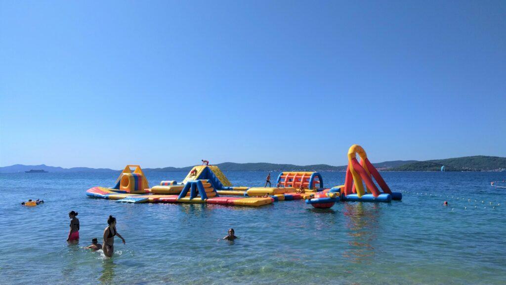 springkasteel voor kinderen op de zee, vakantie Kroatië
