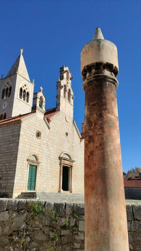 Lastovo kerk en schoorsteen